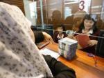Nasabah mencairkan dana simpanannya di Bank Century, Senayan.